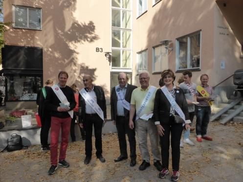 Valsedelutdelare utanför Södermalmsskolan i Stockholm