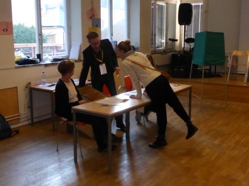Första väljaren inspekterar att valurnan var tom