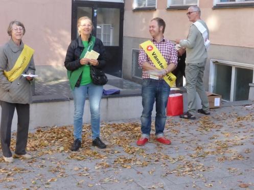 Valsedelsutdelare utanför Södermalmsskolan i Stockholm